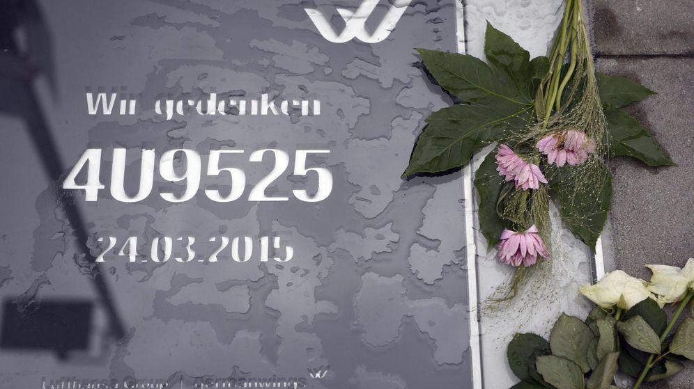 Foto: Placa conmemorativa a las víctimas del siniestro del vuelo 4U9525 de Germanwings, en la sede de la compañía en Colonia, Alemania (EFE)