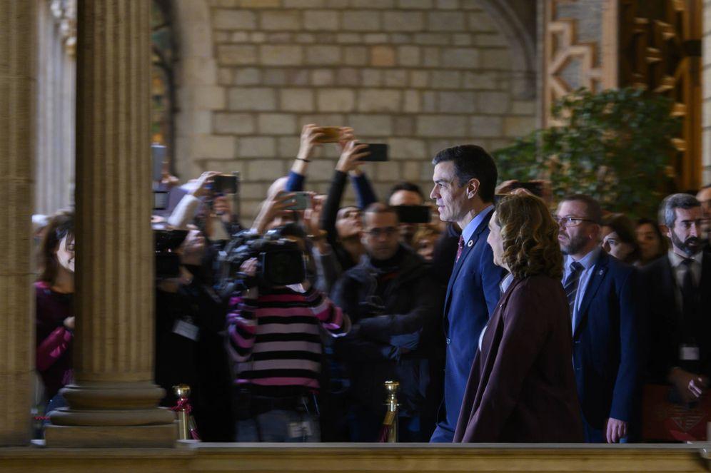 Foto: Pedro Sánchez y Ada Colau se dirigen a su comparecencia conjunta en el Ayuntamiento de Barcelona, este 7 de febrero. (Moncloa)
