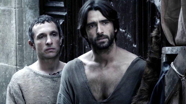 Joan (Pablo Derqui) y Arnau (Aitor Luna) en 'La catedral del mar'. (Antena 3).