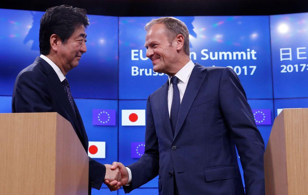 Foto: Shinzo Abe y Donald Tusk estrechan sus manos antes de la rueda de prensa. (Reuters)