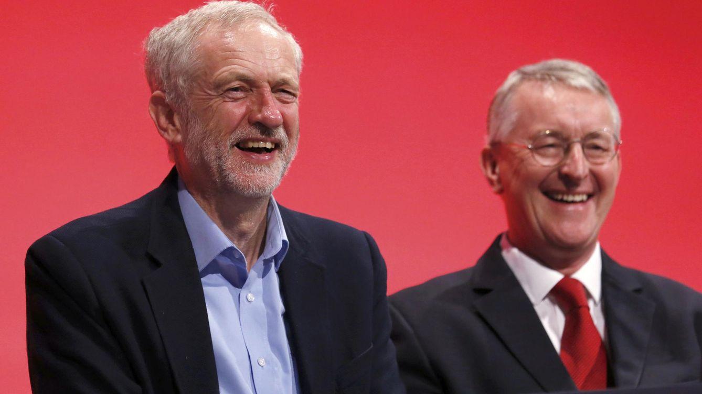 Foto: El líder laborista, Jeremy Corbyn, junto a uno de sus compañeros que ha dimitido, Hilary Ben. (Reuters)