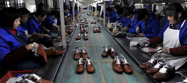 Foto: Trabajadores de una fábrica de zapatos ubicada en Lishui, en la provincia china de Zhejiang. (Reuters)