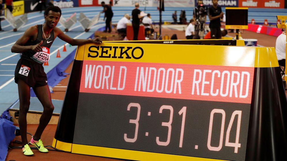 Foto: Samuel Tefera posa junto a la pantalla que muestra su récord. (Reuters)