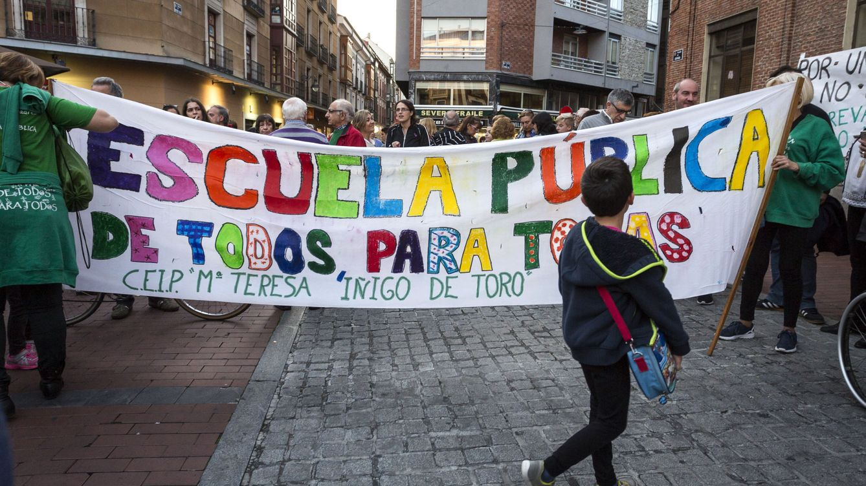 El TC da la razón a la Generalitat y tumba las 'becas Wert' para estudiar en castellano