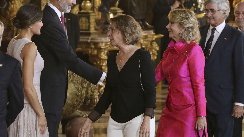 Los Reyes saludan a Esperanza Aguirre y a su marido Fernando durante una recepción. (EFE)
