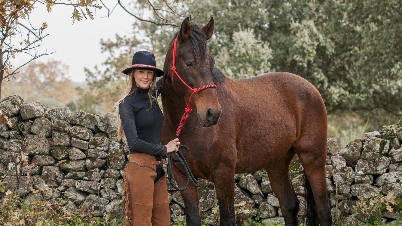 Foto: Astrid con su caballo Duque (Foto cedida por Astrid Klisans)