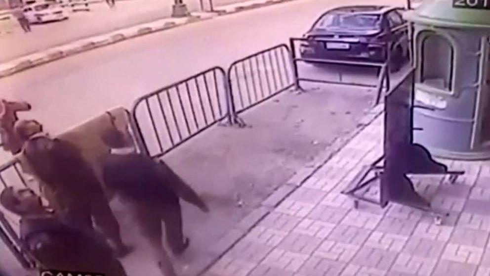 Un policía salva la vida a un niño que se cayó de un tercer piso en Egipto