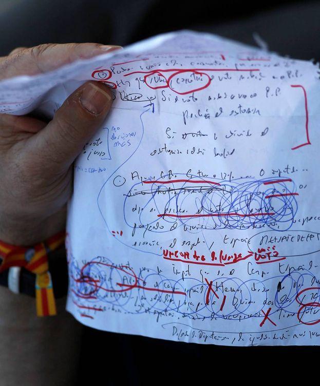 Foto: Mariano Rajoy sostiene un papel con las notas de su discurso antes de intervenir en un acto de campaña en Málaga. (Reuters)