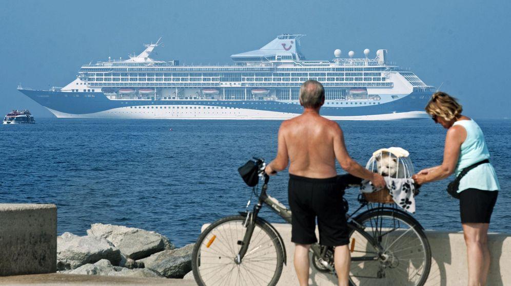 Foto: Una pareja observa la embarcación Tui Discovery. (EFE)