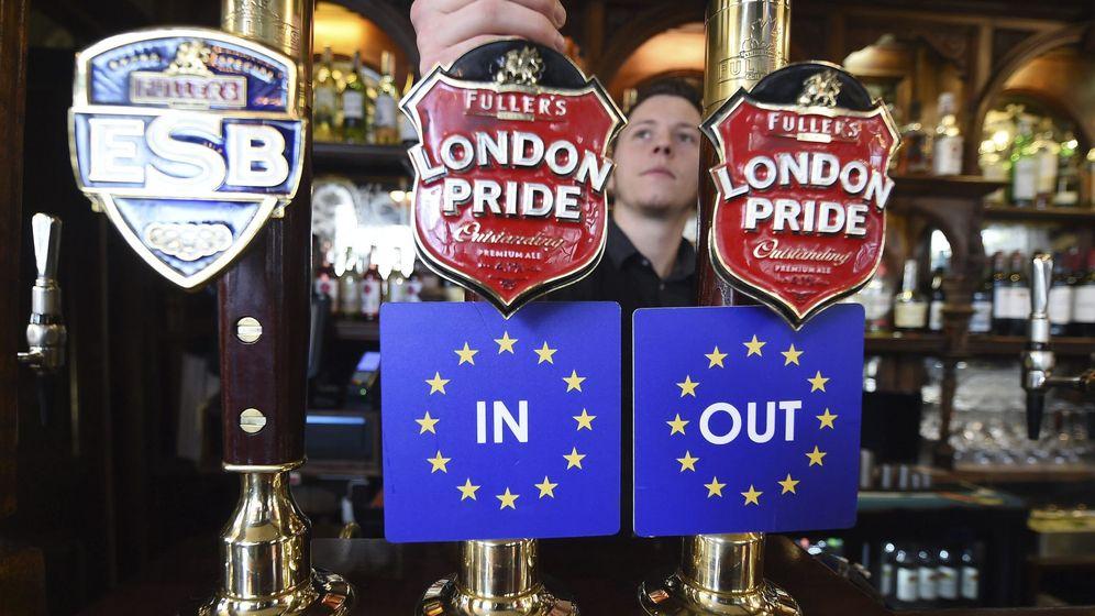 Foto:  Vista de dos grifos de cerveza con las dos opciones, permanencia o salida del Reino Unido de la Unión Europea. (EFE)