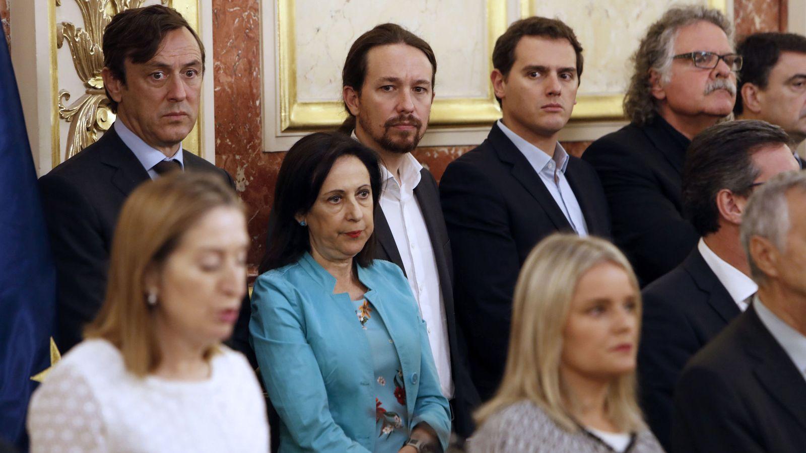 Foto: Rafael Hernando, Margarita Robles y Joan Tardà, los líderes de Podemos, Pablo Iglesias y Albert Rivera. (EFE)