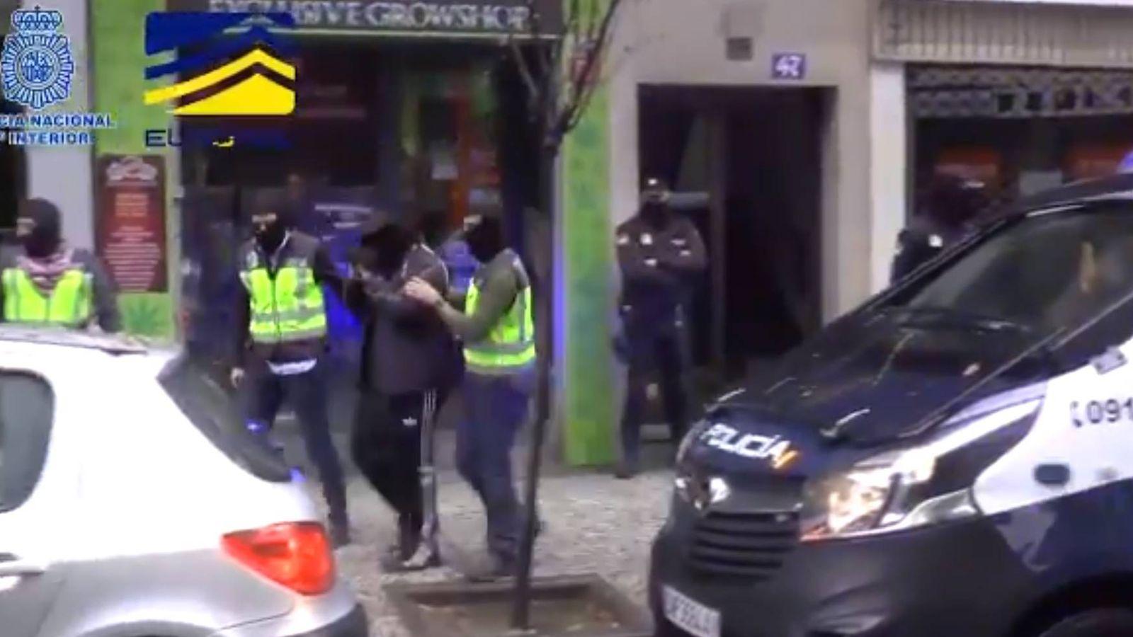 Foto: Momento de la detención de uno de los responsables de la web neonazi. (Policía)