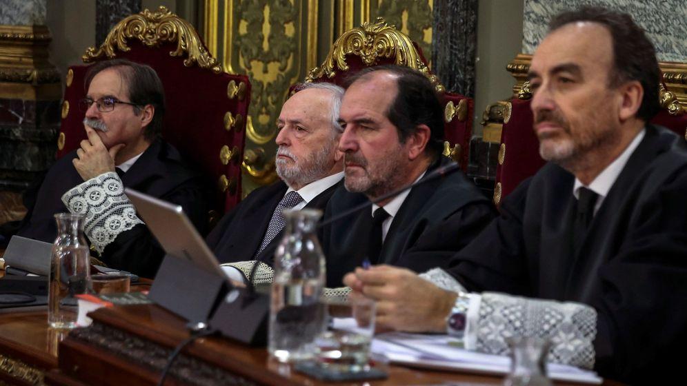 Foto: Manuel Marchena (d), los magistrados Andrés Palomo (i), Luciano Varela (2i) y Andrés Martínez Arrieta (2d), en el juicio del 'procés'. (EFE)