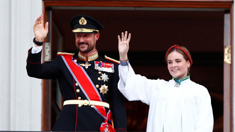 Ingrid Alexandra junto a su padre, el día de su confirmación. (Reuters)