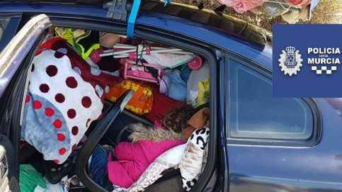 La policía para un coche por exceso de peso y halla a una niña atrapada entre los bártulos