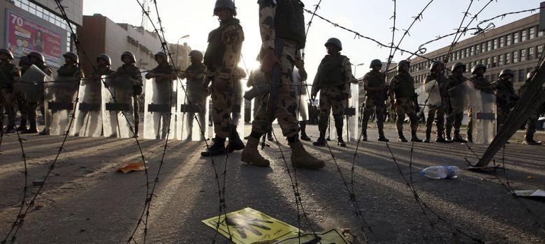 Foto: Numerosos soldados de la Armada egipcia bloquean una calle de acceso a la mezquita de Rabea al Adauiya, durante una protesta (EFE)