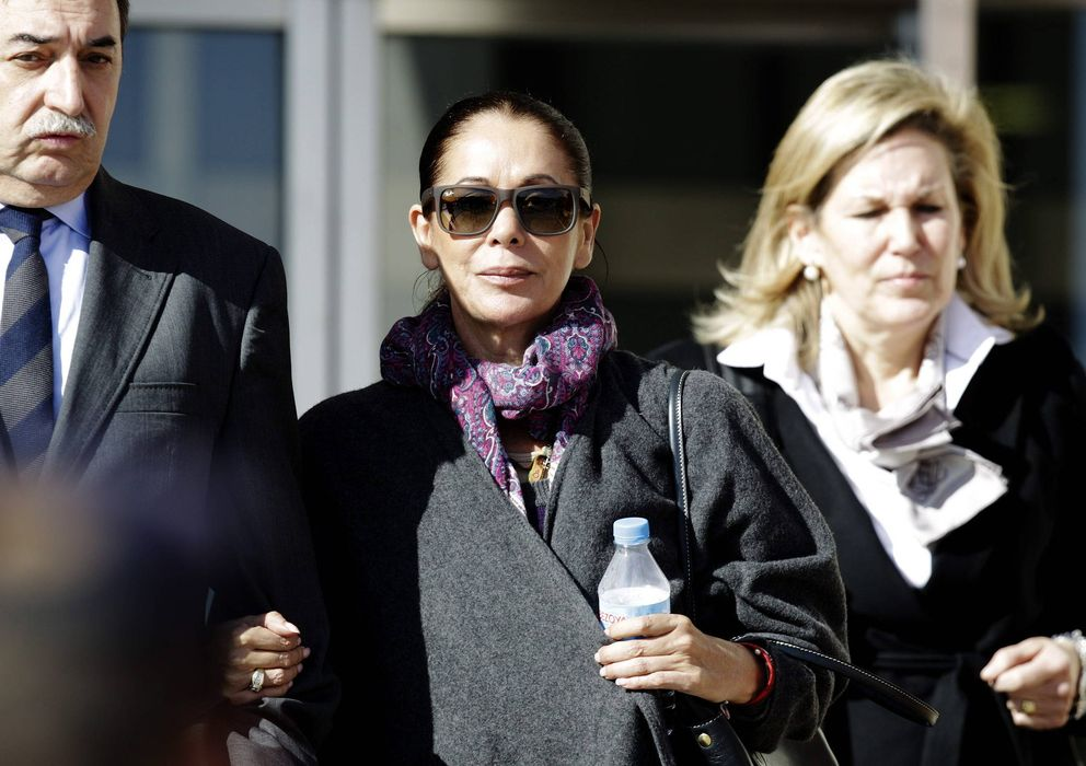Foto: Fotografía de archivo de Isabel Pantoja a su salida de la Audiencia de Málaga. (EFE)