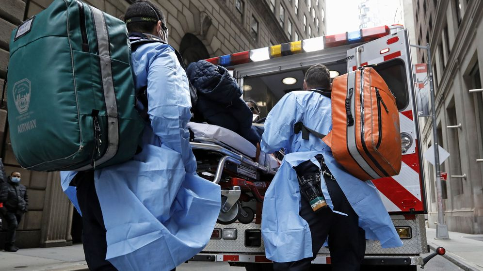 Foto: Paramédicos trasladan a un paciente afectado por coronavirus en Nueva York. (EFE)