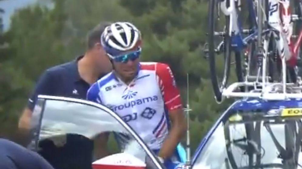Foto: Thibout Pinot se sube al coche entre lágrimas para poner fin a su sueño del Tour.