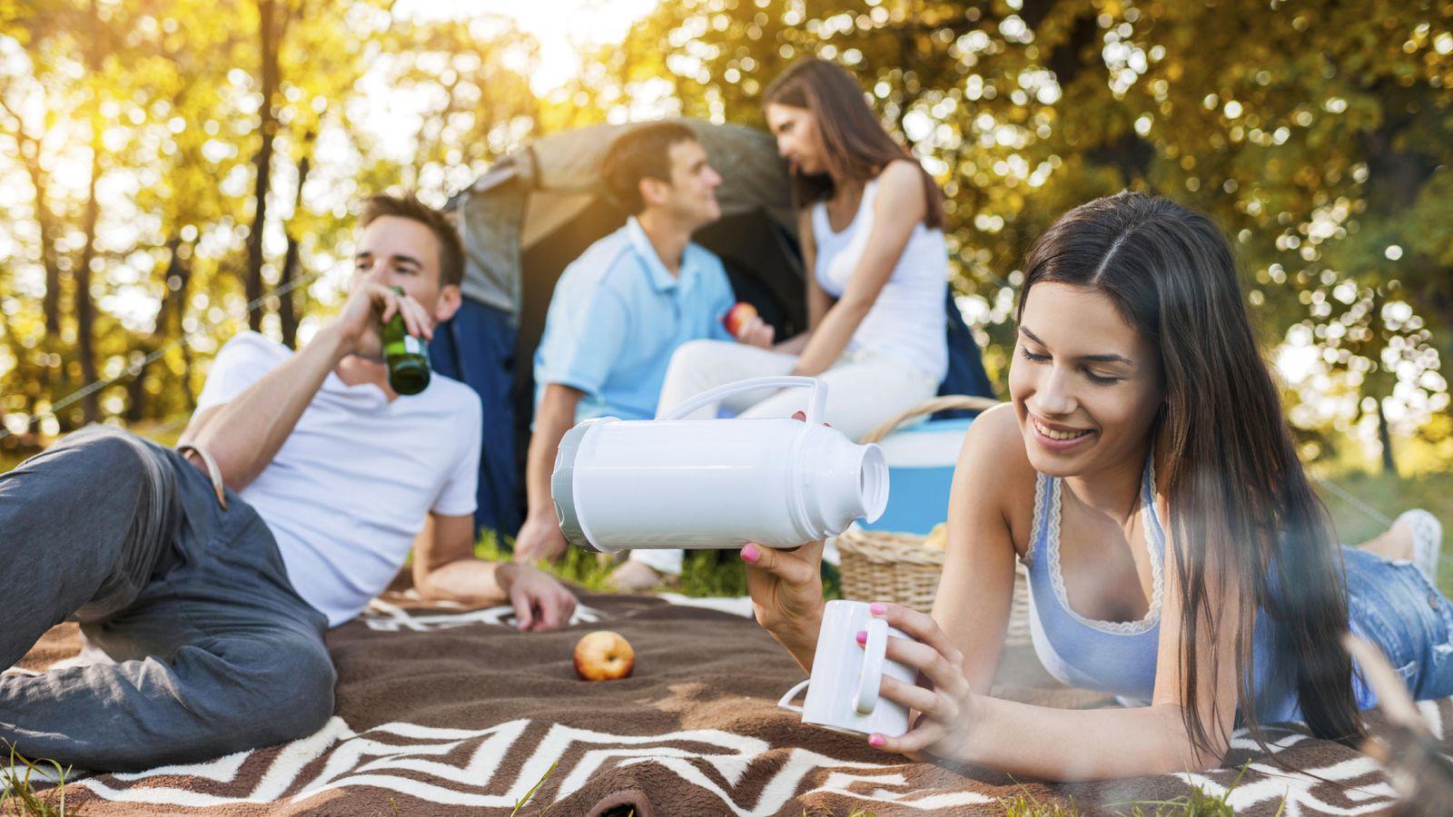 Foto: La amistad, el amor o el consumo moderado de alcohol influyen positivamente en nuestro bienestar. (iStock)
