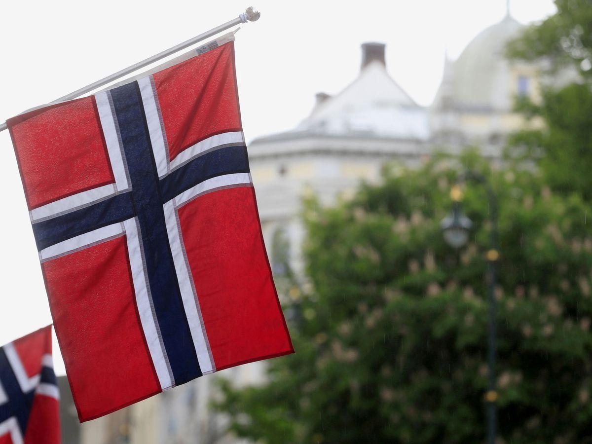 Foto: Una bandera de Noruega en una calle de Oslo. (Reuters)