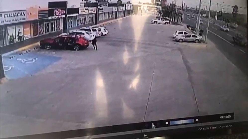 Foto: Los asesinos siguieron al policía hasta un parking y allí se bajaron dos sicarios para disparar más de cien veces sobre su coche (Foto: Twitter)