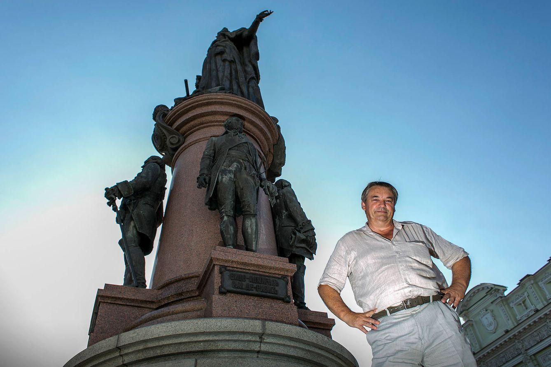 Foto: El periodista e historiador Oleg Ribas, junto a la foto de su antepasado el almirante José de Ribas. (Javier Arcenillas)