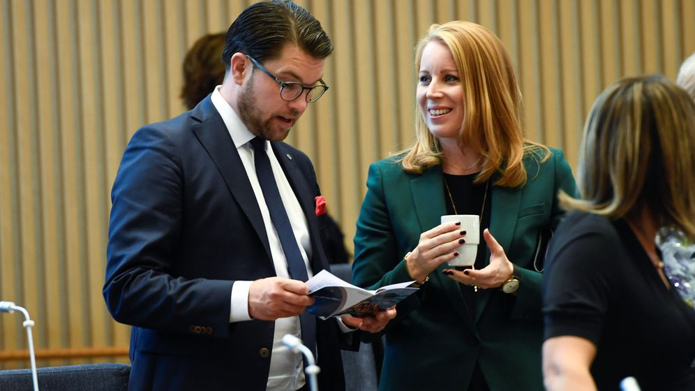Foto: Jimmie Akesson, líder del partido ultra Demócratas de Suecia, habla con Annie Loof, líder del Partido de Centro, durante la apertura del Parlamento en Estocolmo, hoy. (Reuters)