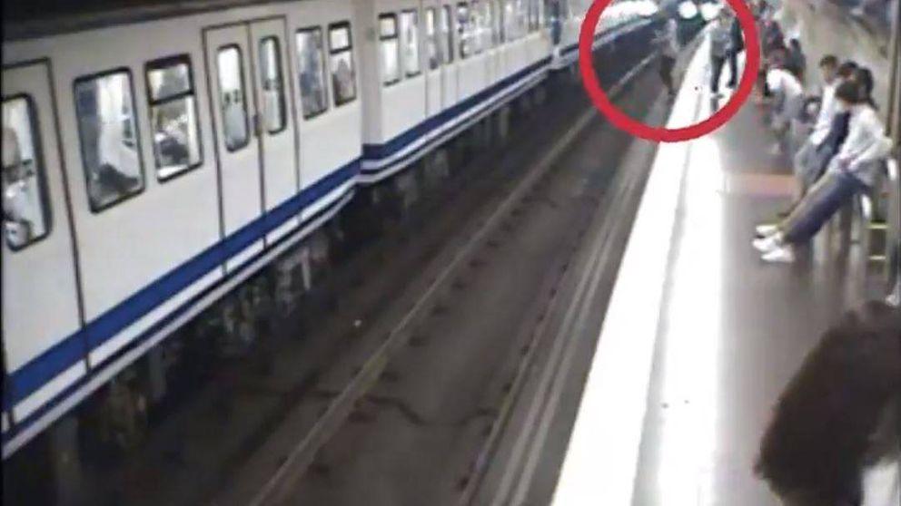 Metro de Madrid informa: así alerta la red de los peligros de ir mirando el móvil