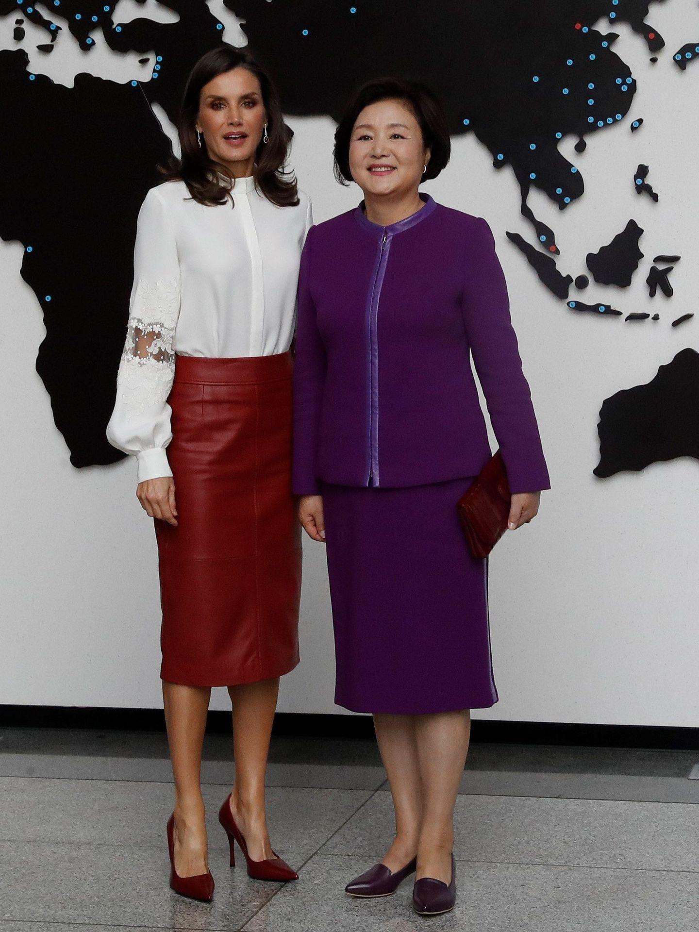 La Reina con la primera dama. (Efe)