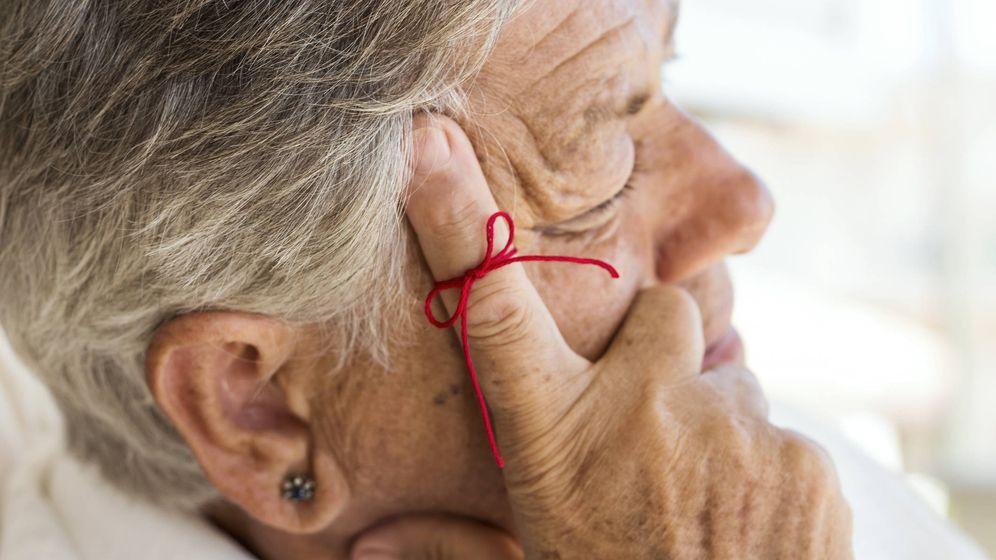 Foto: Una anciana apoya su cabeza sobre el dedo índice. (iStock)