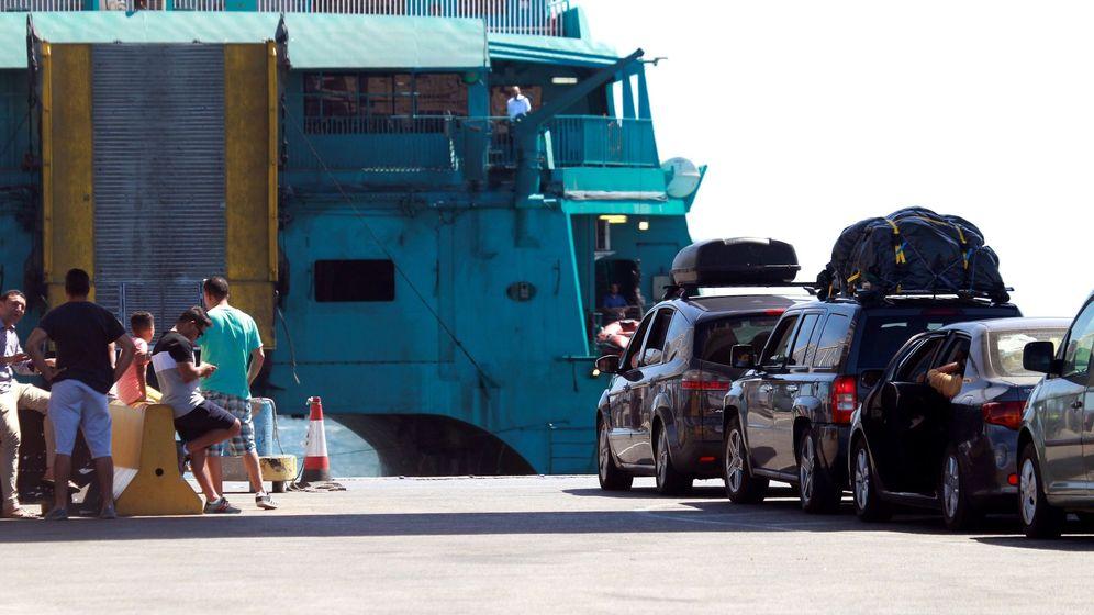 Foto: Numerosos vehículos esperan para embarcar en el puerto de Algeciras, en la operación Paso del Estrecho de 2019. (EFE)