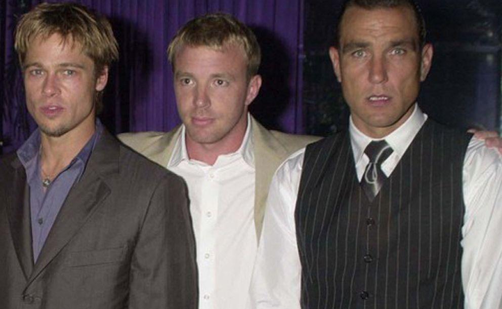 Brad Pitt (I), Guy Ritchie (C) y Vinnie Jones (D) posan tras rodar 'Snatch'
