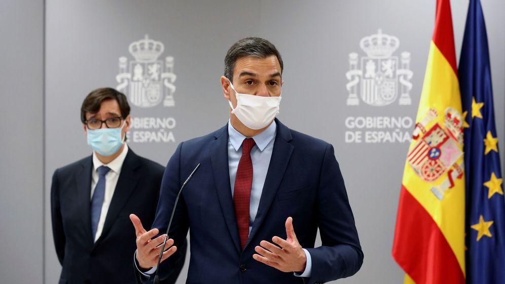 Foto: El presidente del Gobierno, Pedro Sánchez (d), y el ministro de Sanidad, Salvador Illa. (EFE)