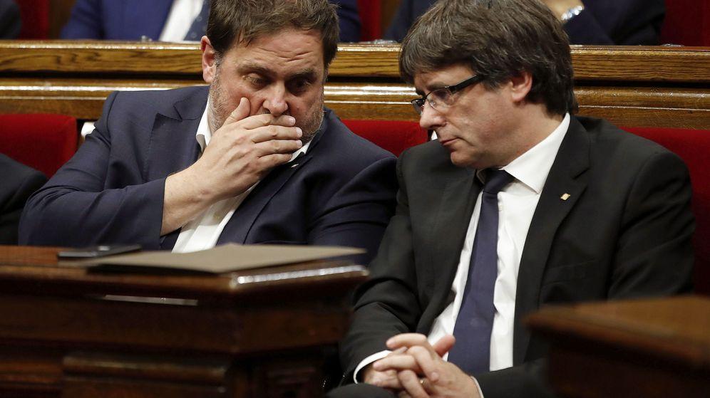 Foto:  El presidente de la Generalitat Carles Puigdemont (d) y el vicepresidente Oriol Junqueras (i) en el Parlament. (EFE)