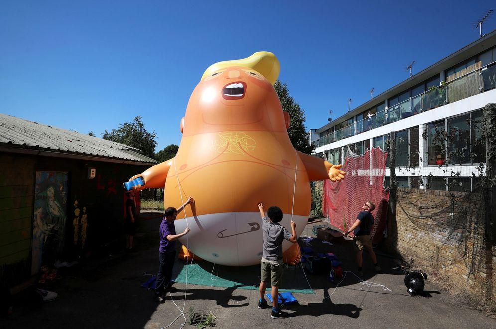 Foto: Un grupo de manifestantes inflan un globo de helio con la forma de un Donald Trump bebé, que será desplegado durante la visita del presidente estadounidense al Reino Unido. (Reuters)