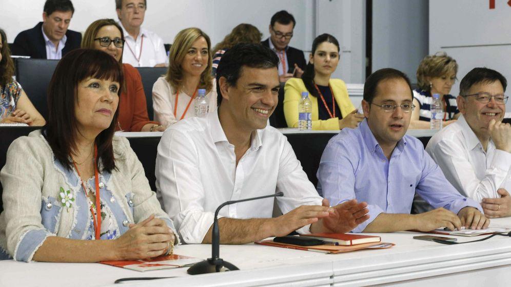 Foto: Pedro Sánchez, flanqueado por Micaela Navarro y César Luena, durante la reunión del Comité Federal del PSOE del pasado 30 de mayo. (EFE)