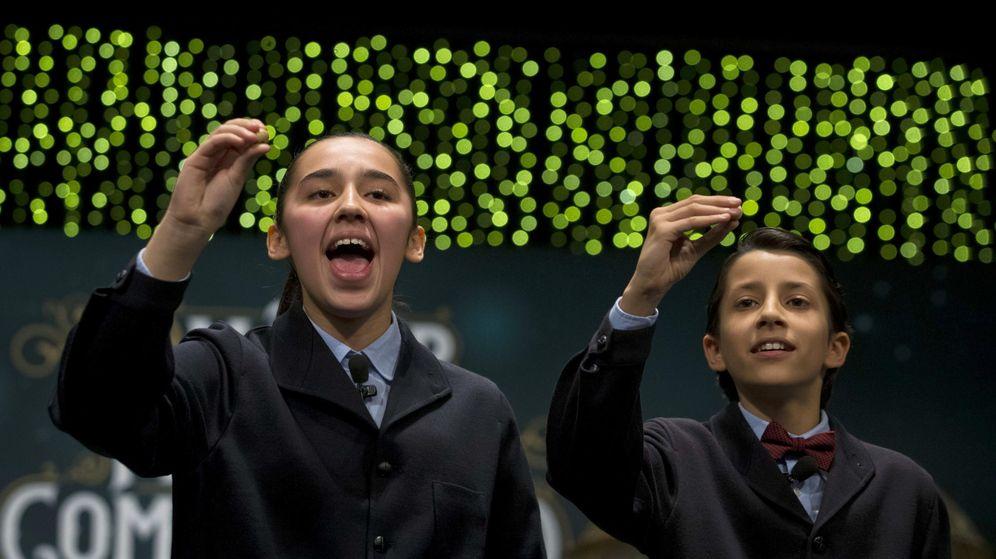 Foto: Los niños de San Ildefonso Ismael Rastrelli Mekerbech (d) y Janna Flores Villavicencio (i), cantaron el último Gordo. (EFE)