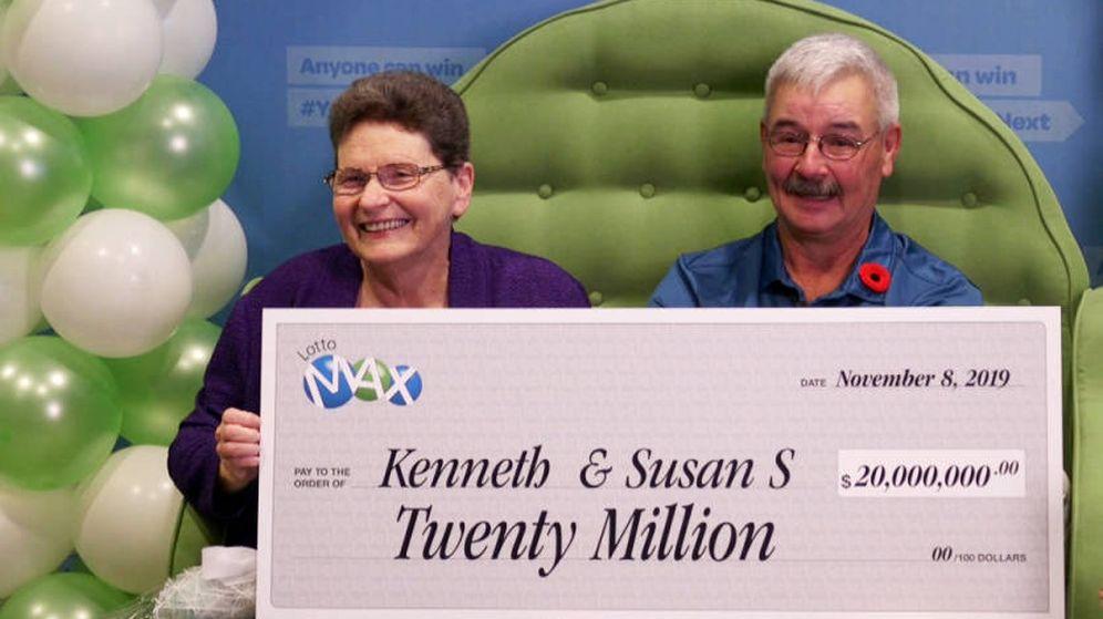 Foto: Ken y Susan Salter, en el momento de recibir su premio de 20 millones de dólares (Foto: Lotto Max)
