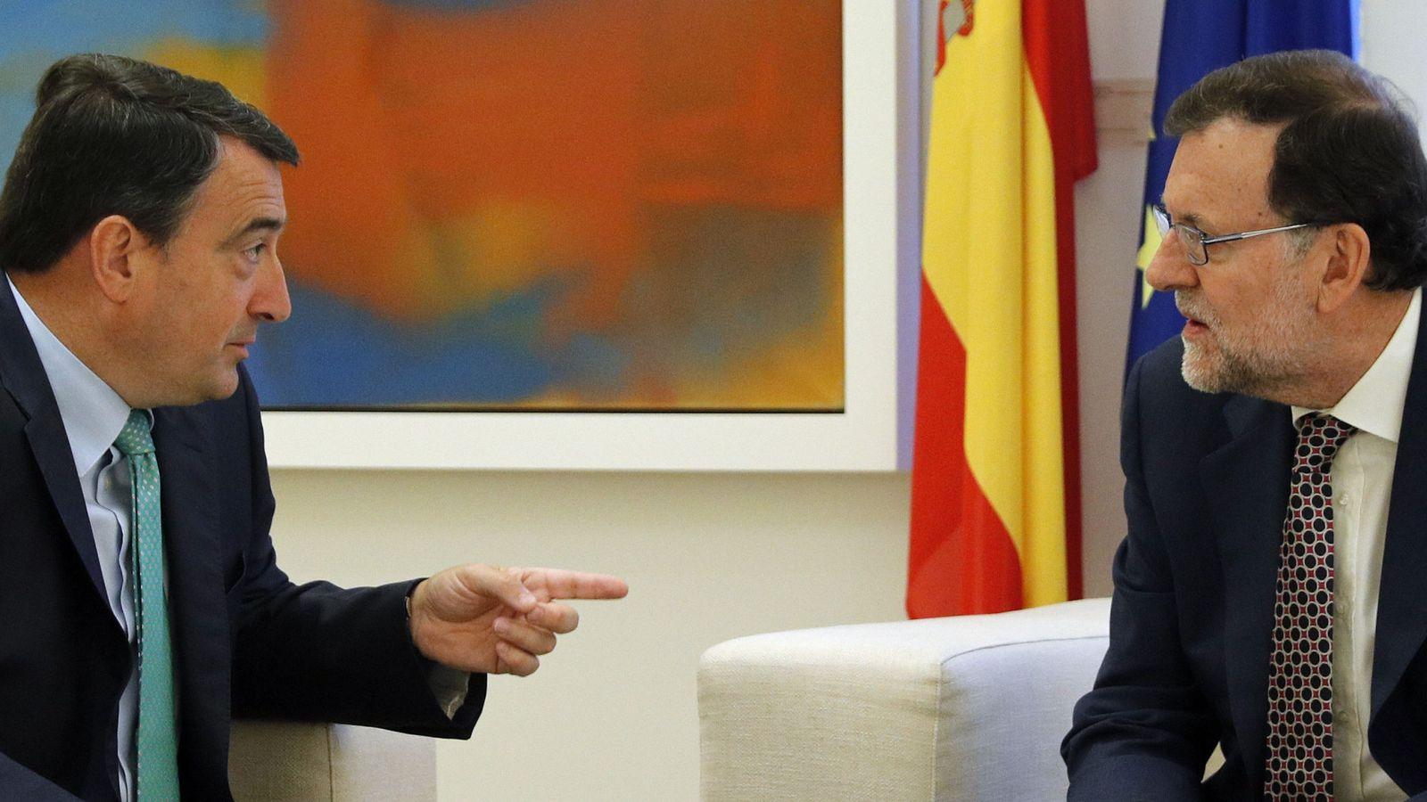 Foto: El presidente del Gobierno, Mariano Rajoy, con el portavoz del PNV en el Congreso, Aitor Esteban. (EFE)