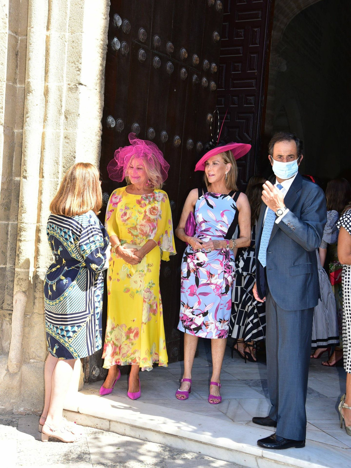 Cari Lapique, de amarillo, conversa en la puerta de la iglesia. (Cordon Press)