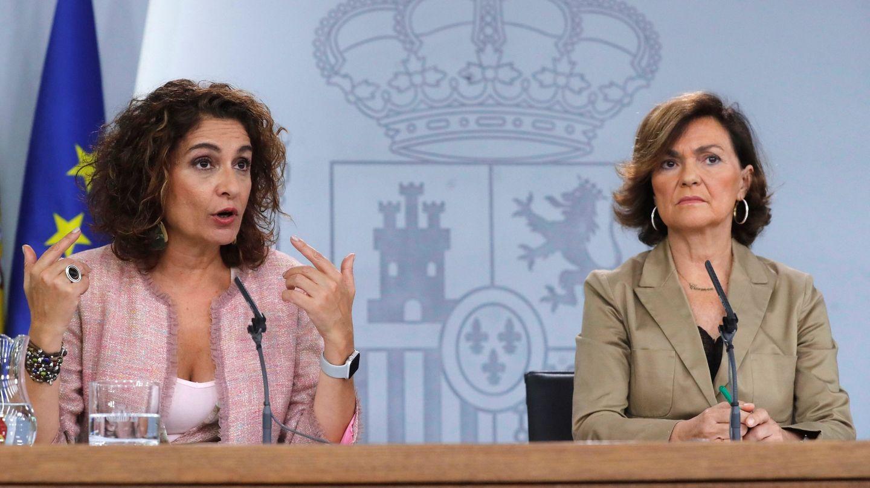 La vicepresidenta y la ministra de Hacienda en funciones, Carmen Calvo (d) y María Jesús Montero, el pasado 11 de octubre. (EFE)