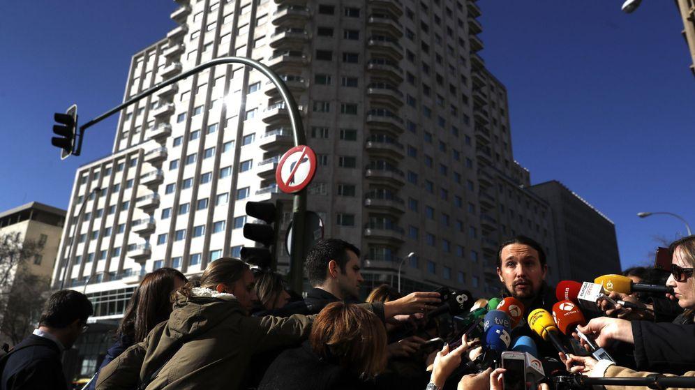 Foto: Pablo Iglesias, a la salida de la reunión convocada con los representantes de las distintas corrientes de Podemos. (EFE/Emilio Naranjo)