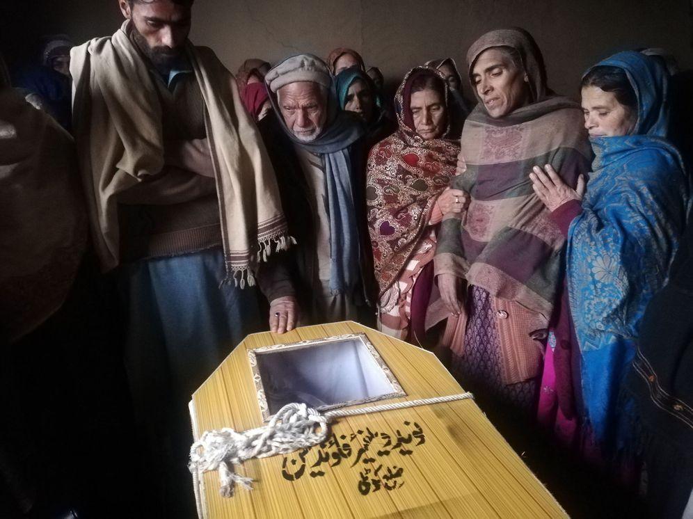 Foto: Familiares de un hombre muerto por fuego de artilleria de la India en Cachemira, el 2 de marzo de 2019. (EFE)