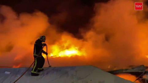 Un incendio en Seseña provoca una enorme columna de humo visible desde Madrid