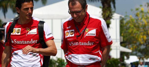 Foto: Pedro de la Rosa charlando con Stefano Domenicali.