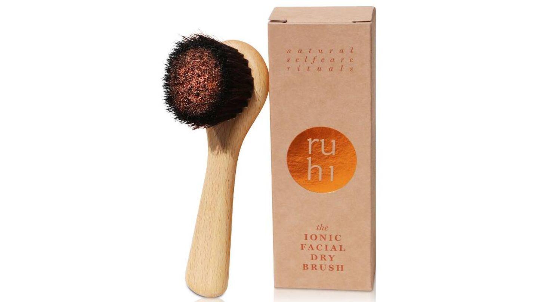 Cepillo iónico como el de Ruhi Rituals.
