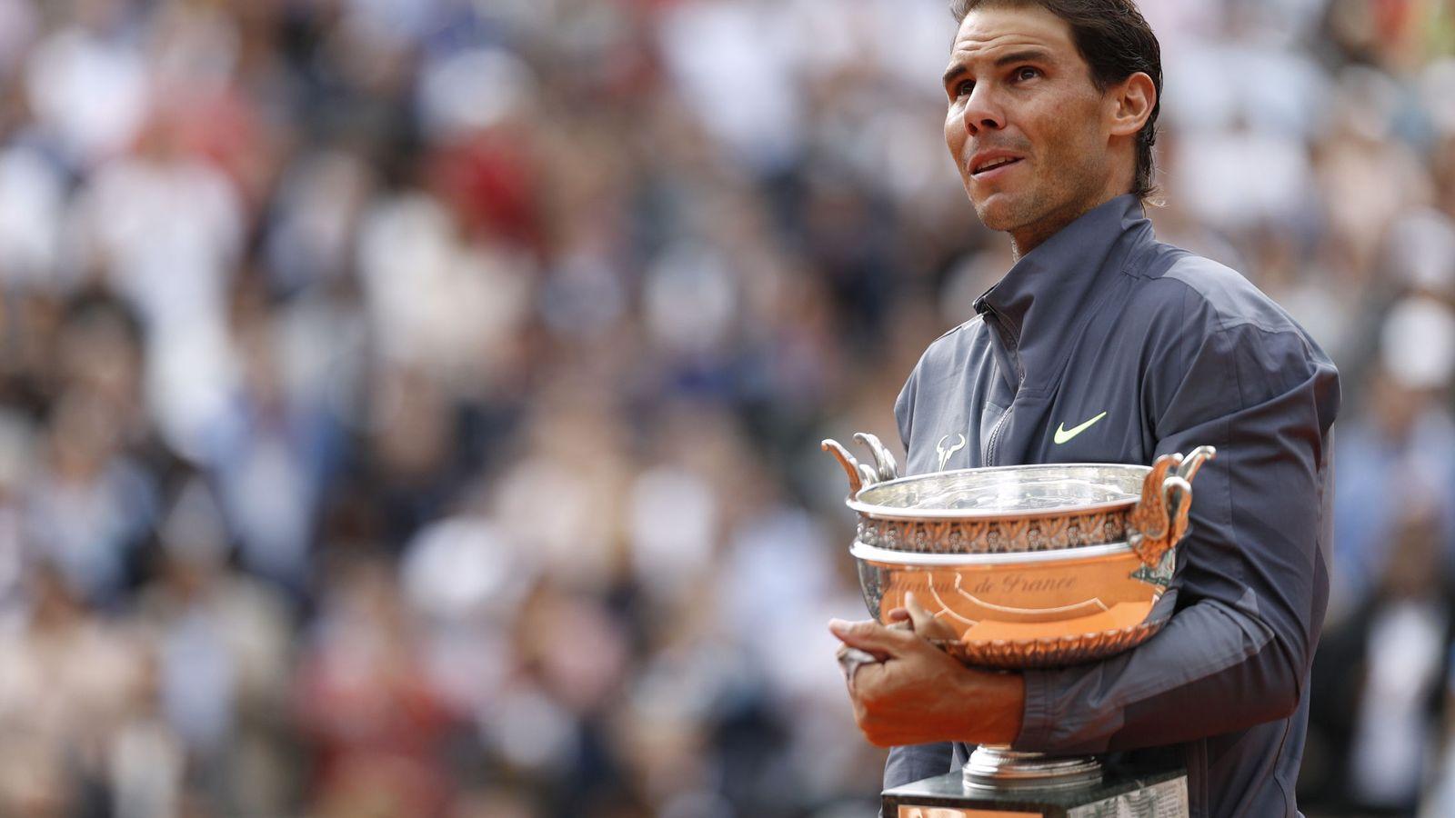 Foto: Rafa Nadal con su duodécima copa de Roland Garros. (Reuters)