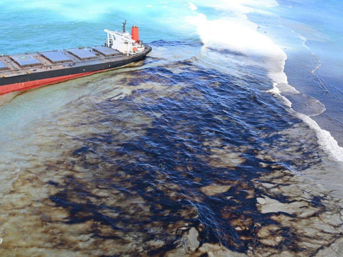 Foto: El Gobierno de Mauricio ha declarado la emergencia ambiental ante el vertido que se ha derramado en sus aguas (EFE)