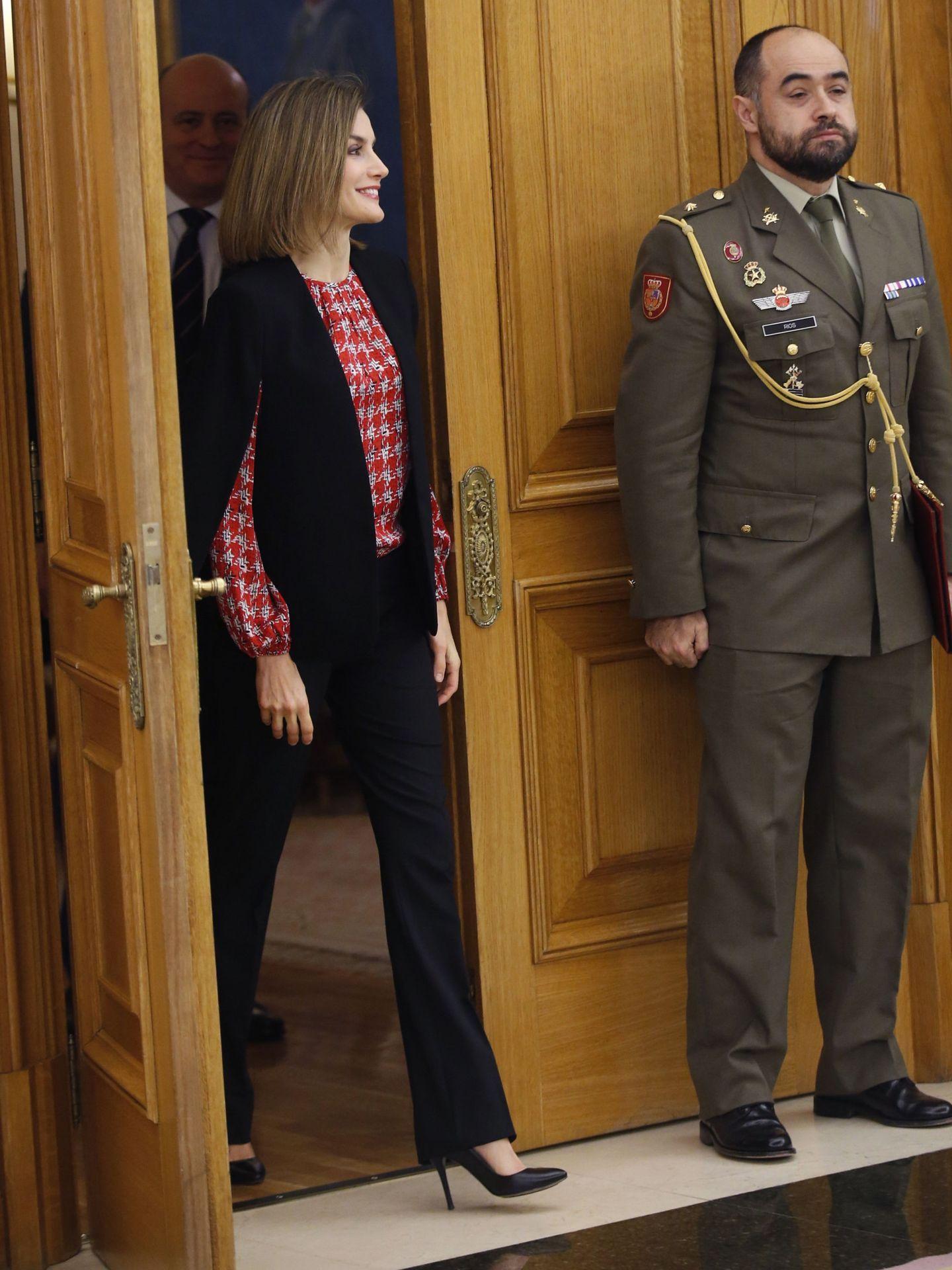 La Reina en el Palacio de la Zarzuela con la capa. (EFE)